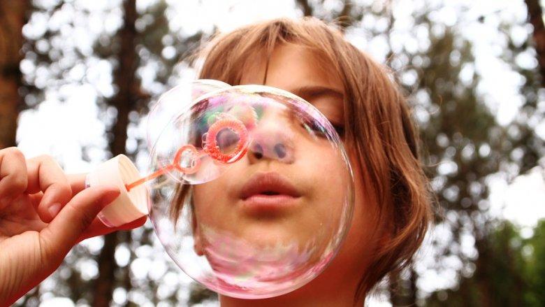 Dzieciaki uwielbiają bańki mydlane (fot. pixabay)