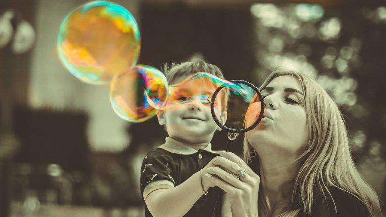 Dzieci uwielbiają bańki mydlane, dlatego podczas imprezy na bytomskim Rynku z pewnością będą się dobrze bawić (fot. pixabay)