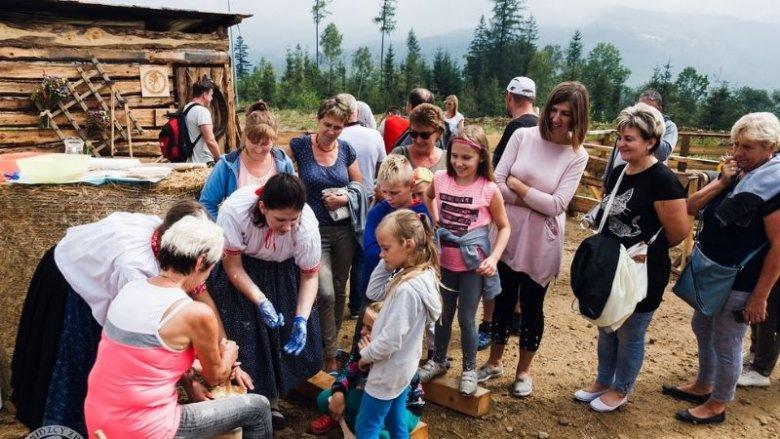 Dzieci  z pewnością zaciekawi koszor z owcami i produkcja sera oraz masła (fot. mat. Fb organizatora)
