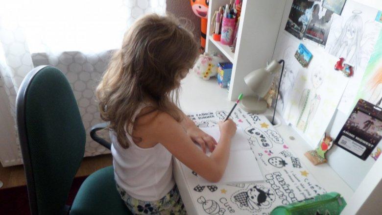 Przy wyborze biurka dla dziecka szczególnie ważna jest jego wysokość (fot. mat. prasowe)