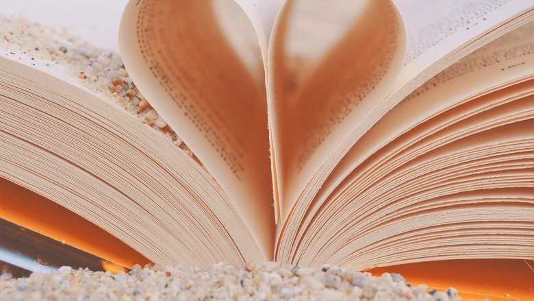 """""""Biblioteka na plaży"""" to okazja do spędzenia chwili z książką i świetnej zabawy (fot. pixabay)"""