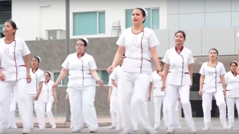 Dobrym sposobem na naiuczenie się, jak prawidłowo myć ręce, jest obejrzenie teledysku pielęgniarek z Ecuadoru (źródło YouTube)
