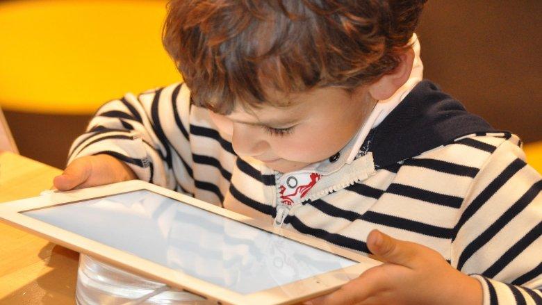 Coraz więcej dzieci i młodzieży korzysta w nadmiarze z internetu (fot. pixabay)