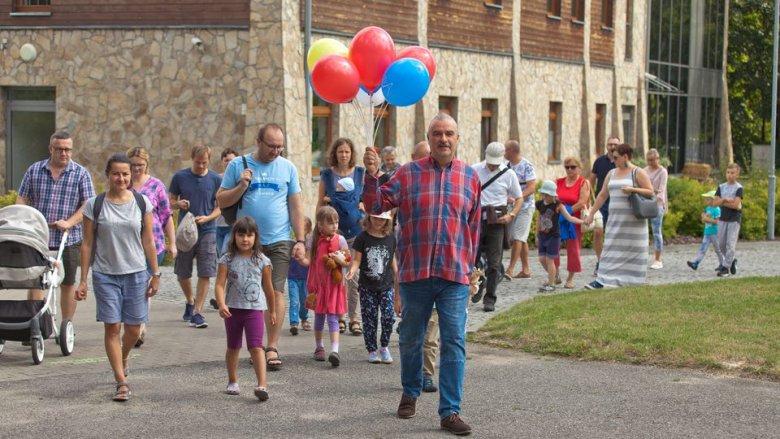 Najpierw wszyscy uczestnicy ChTO spotykają się pod bramę Skansenu, skąd wyruszają na miejsce bajki (fot. archiwum zdjęć ChTO na Fb/Radek Ragan)