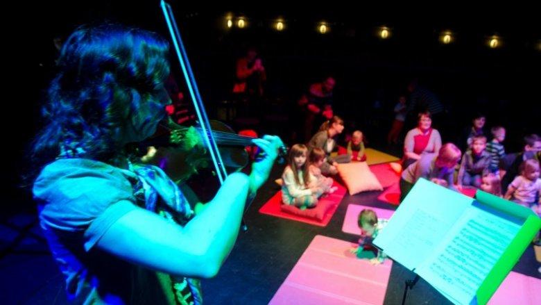 W kameralnej atmosferze dzieci i rodzice poznają twórczość wielkich światowych kompozytorów (fot. mat. Gliwicki Teatr Muzyczny)