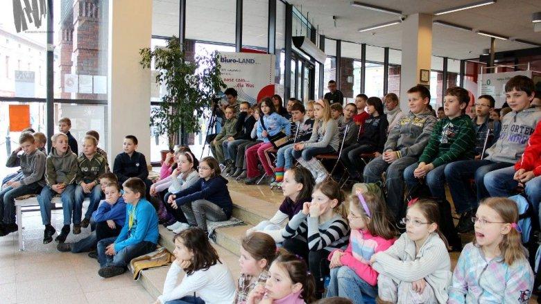 W Miejskiej Bibliotece Publicznej w Jaworznie dzieci zbierają się cyklicznie, aby posłuchać bajek i spotkać z ciekawymi ludźmi (fot. materiały MBP Jaworzno)