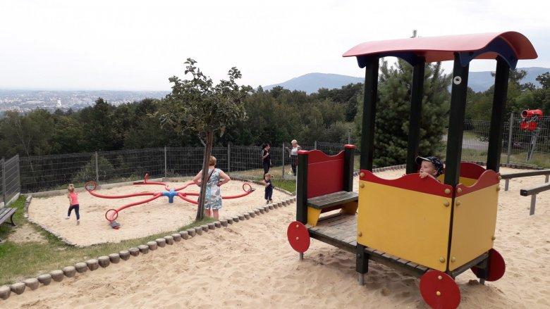 W drodze na szczyt można zrobić sobie przerwę na plau zabaw (fot. Agnieszka Mróz/SilesiaDzieci.pl)