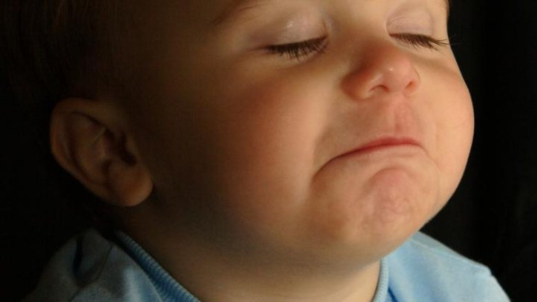Choroba bardzo osłabia i sprawia, że dziecko jest marudne i płaczliwe. Warto mu choć trochę ulżyć poprzez odciągnięcie kataru z noska (fot. sxc.hu)