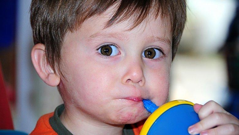 Najlepsza do picia dla dzieci będzie woda niegazowana, a także od czasu do czasu soki owocowe (fot. pixabay.com)