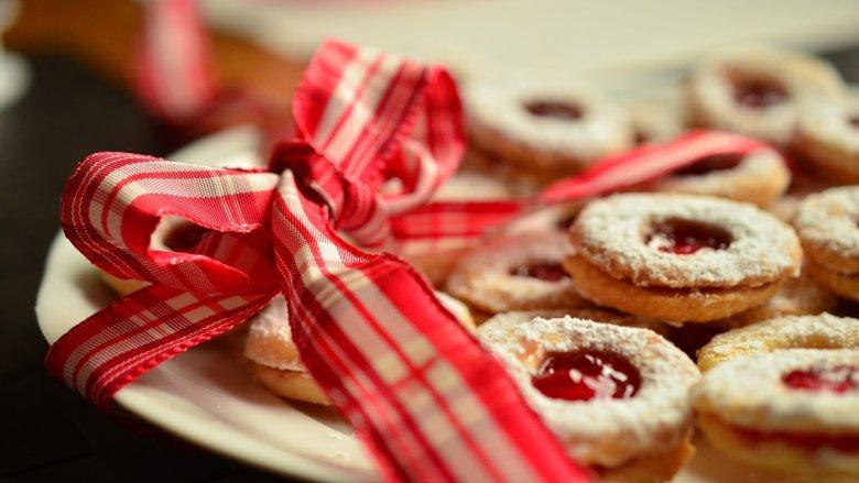 Ciasteczkowe witrażyki wykonane własnoręcznie to unikatowy prezent dla babci i dziadka (fot. pixabay)