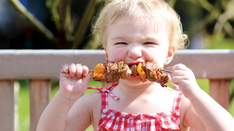 Potrawy z grilla mogą być nie tylko smaczene, ale i zdrowe dla naszych pociech (fot. fotlia)