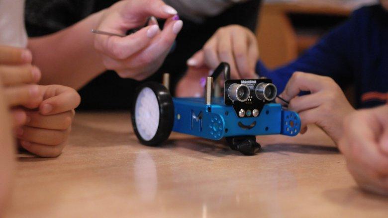 Konstruowanie, programowanie i zawody robotów - to tylko niektóre atrakcje, jakie czekają na uczestników wakacyjnych warsztatów w Gliwicach (fot. mat. organizatora)
