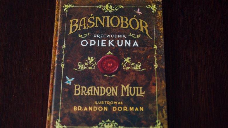 """""""Baśniobór. Przewodnik opiekuna"""" to świetne uzupełnienie serii Brandona Mulla (fot. Ewelina Zielińska)"""
