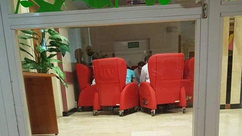 W Centrum Zdrowia Dziecka w Katowicach fotele stoją na korytarzu. Nie wolno ich przenosić do sal (fot. mat. muremzaowsiakiem.pl)