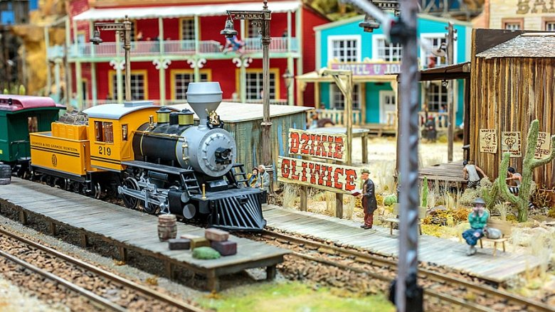 Na makiecie Kolejkowa znajdziemy m.in. gliwicki dworzec kolejowy, ratusz, kamienice czy katowicki kościół (fot. mat. Kolejkowa)