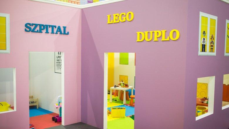 W mieście LEGO każde dziecko może zostać: architektem, maszynistą lub pilotem. Może pracować w banku, na poczcie i w szpitalu (fot. mat. bawialni)