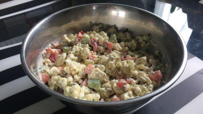 Sałatka z surowego kalafiora jest chrupiąca i intensywna w smaku (fot. SilesiaDzieci.pl)