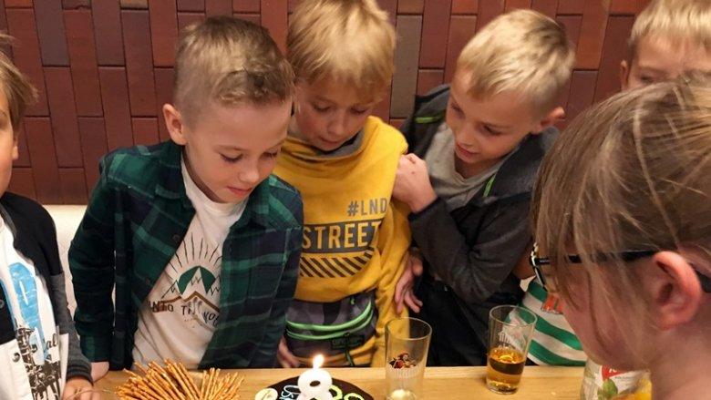 """Kręgielnia zadba o każdy aspekt imprezy. Tort przygotowywany jest przez jednych z najlepszych cukierników w mieście - sieć """"U Przewoźnika"""" to również cukiernie i piekarnie (fot. mat. SilesiaDzieci.pl)"""