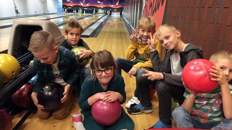 Zabawa na kręgielni to dla dzieci duża frajda (fot. mat. SilesiaDzieci.pl)