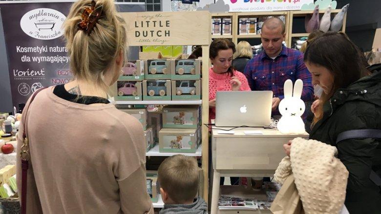 Drewniane zabawki od Little Dutch wzbudzały zainteresowanie chłopców (fot. mat. SilesiaDzieci.pl)