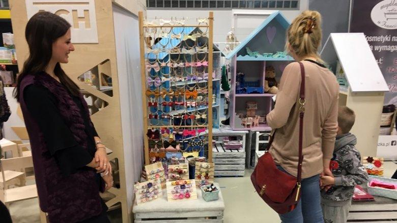 Na targach SB Kids można było kupić różne produkty od ozdób do włosów, przez ubranka, po kosmetyki i mebelki do pokoju dziecięcego (fot. mat. SilesiaDzieci.pl)