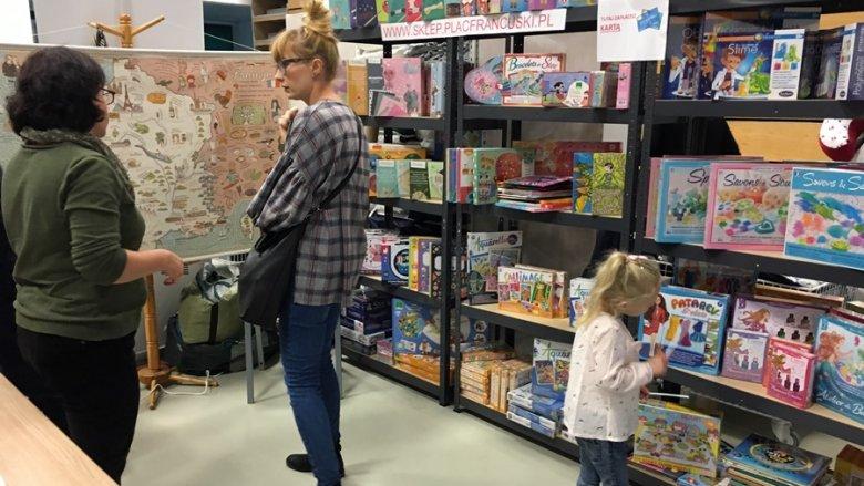 Sklep Plac Francuski miał w swoim asortymencie mnóstwo kreatywnych gier, które wzbudzały zainteresowanie najmłodszych gości (fot. mat. SilesiaDzieci.pl)