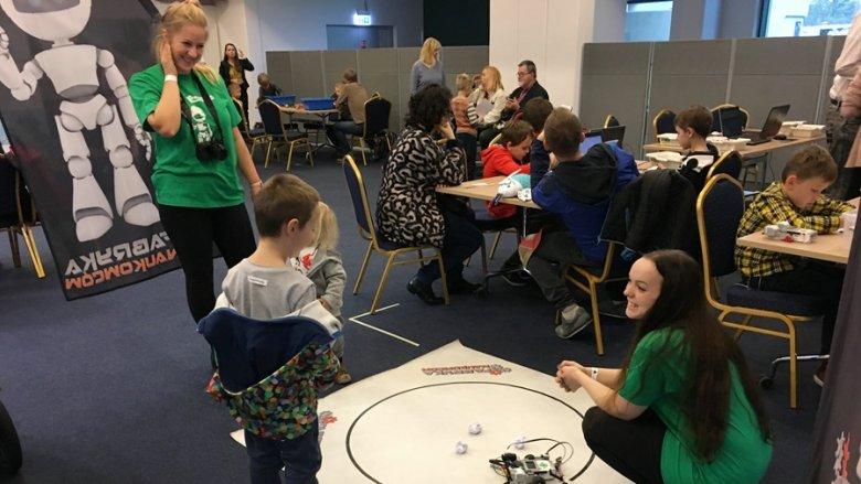 W stefie warsztatowej Fabryka Naukowców przygotowała dla dzieci nie lada gratkę - roboty z klocków LEGO (fot. mat. SilesiaDzieci.pl)
