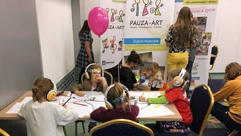 """Dzieci malowały muzykę i grały na instrumentach wraz z instruktorami z Fabryki Młodych Talentów """"Pauza-Art"""" (fot. mat. SilesiaDzieci.pl)"""