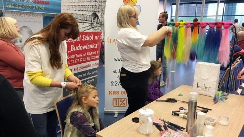 """Fundacja """"Świetlikowo"""" zorganizowała studio fryzjerskie dla dziewczynek (fot. mat. SilesiaDzieci.pl)"""