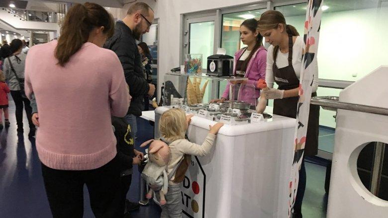 Dla małych łasuchów było też coś na słodko i na zimno (fot. mat. SilesiaDzieci.pl)