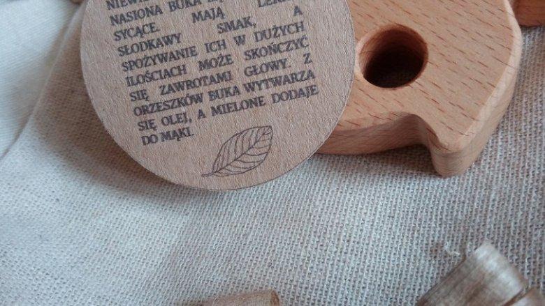 Do każdego egzemplarza dołączone są również ciekawostki o właściwościach użytego drewna. (fot.anna/SilesiaDzieci.pl)