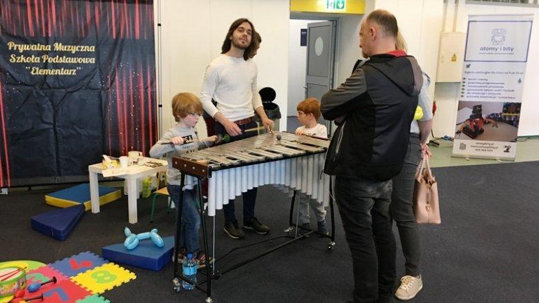 """Prywatna Szkoła Muzyczna """"Elementarz"""" zabrała dzieci do pięknego świata muzyki (fot. mat. SilesiaDzieci.pl)"""