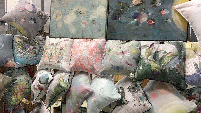 Firma Double Room miała do zaoferowania autorskie wzory poduszek i plakatów (fot. mat. SilesiaDzieci.pl)