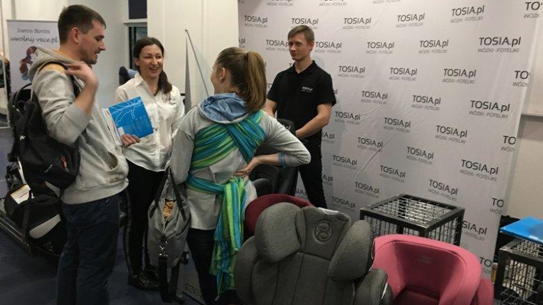Przedstawiciele sklepu TOSIA.pl służyli radą w doborze fotelików samochodowych i wózków dziecięcych (fot. mat. SilesiaDzieci.pl)