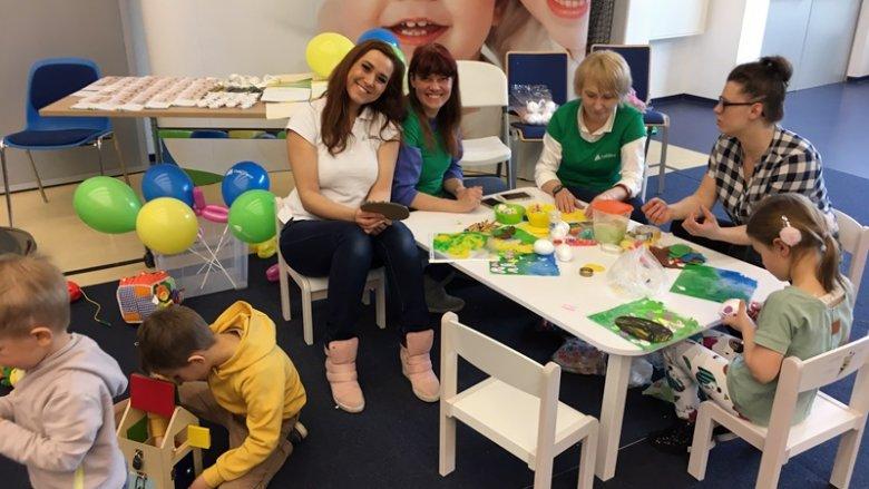 Przedstawicielki z Kraina Odkrywcy oferowały zabawy plastyczne, klockami i baloniki (fot. mat. SilesiaDzieci.pl)