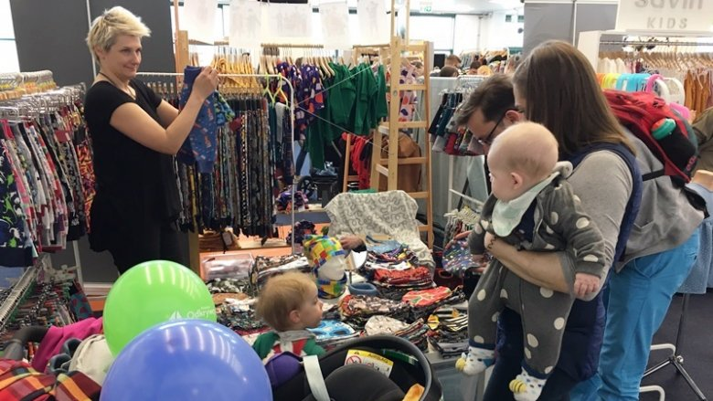 Na stoiskach można było znaleźć ręcznie robione ubranka oraz ciekawe dodatki (fot. mat. SilesiaDzieci.pl)