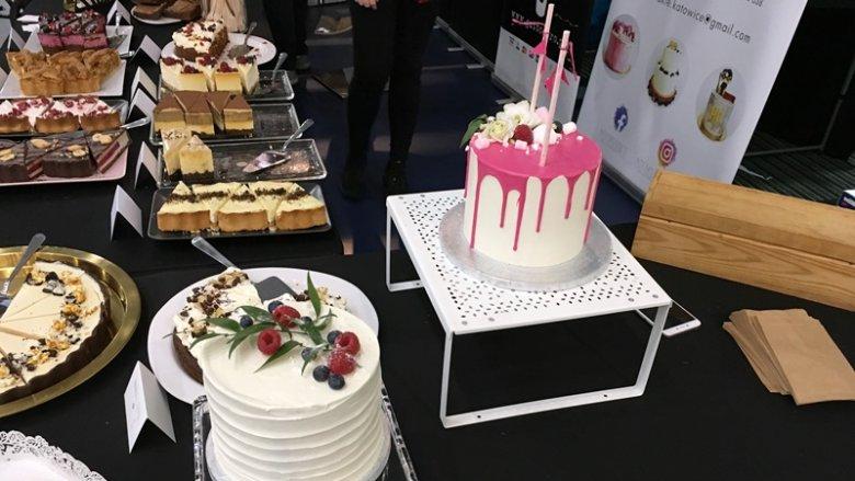 """Przedstawicielki firmy """"Nie za słodkie"""" raczyły odwiedzających i wystawców pysznymi ciastami (fot. mat. SilesiaDzieci.pl)"""