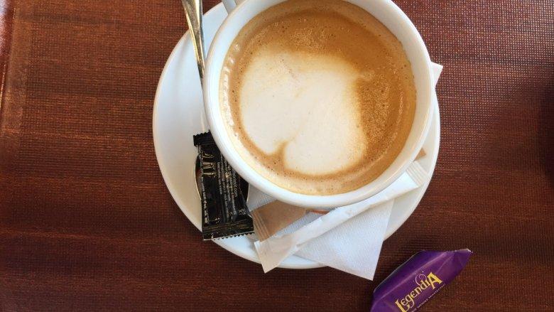 """W bistro """"Pod Zielonym Pazurem"""" można napić się kawy i przekąsić co nieco (fot. Ewelina Zielińska/SilesiaDzieci.pl)"""