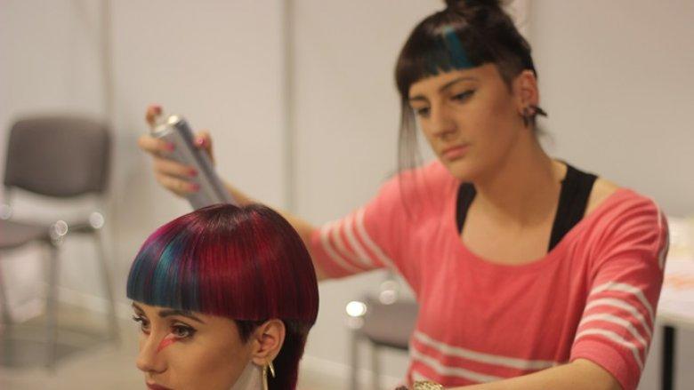 Stylistka fryzur Małgorzata Czarnecka przygotowuje finałową fryzurę podczas mistrzostw fryzjerskich Top City w Katowicach - zdobyła I miejsce (fot. Witold Syrakowski)