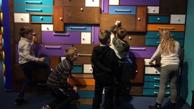 W Krainie Szpaka Mateusza duże wrażenie na dzieciach zrobiła ściana pełna szuflad z niespodziankami (fot. mat. SilesiaDzieci.pl)