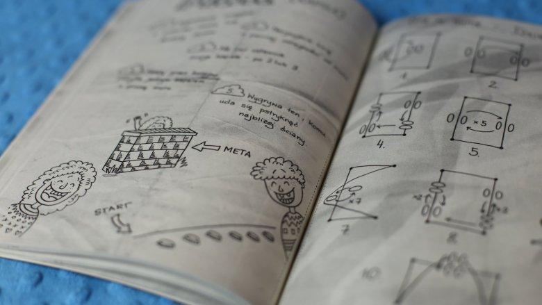 Bruliony od wydawnictwa Wilga to świetne pomysły na zabawę w domu, podróży i na podwórku (fot. Ewelina Zielińska)