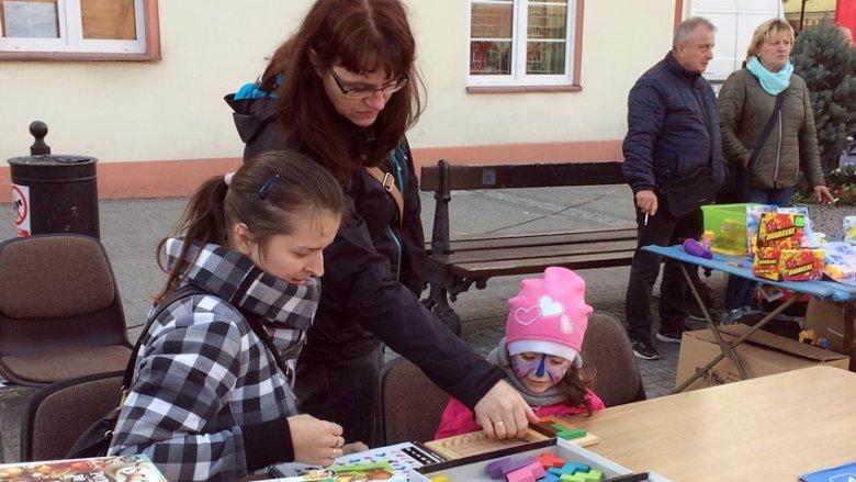 Wiele rodzin świetnie bawiło się w strefie planszówek (fot. mat. SilesiaDzieci.pl)