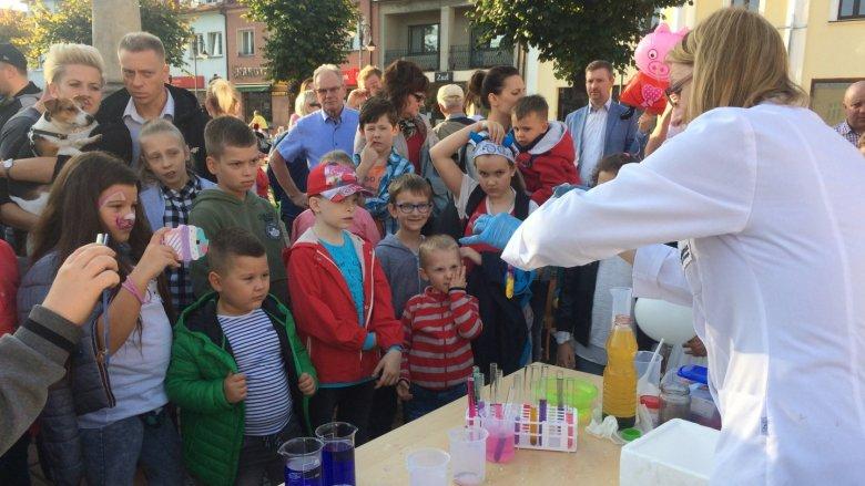 Spektakularne eksperymenty chemiczne zorganizowała Akademia Nauki i Rozwoju (fot. mat. SilesiaDzieci.pl)