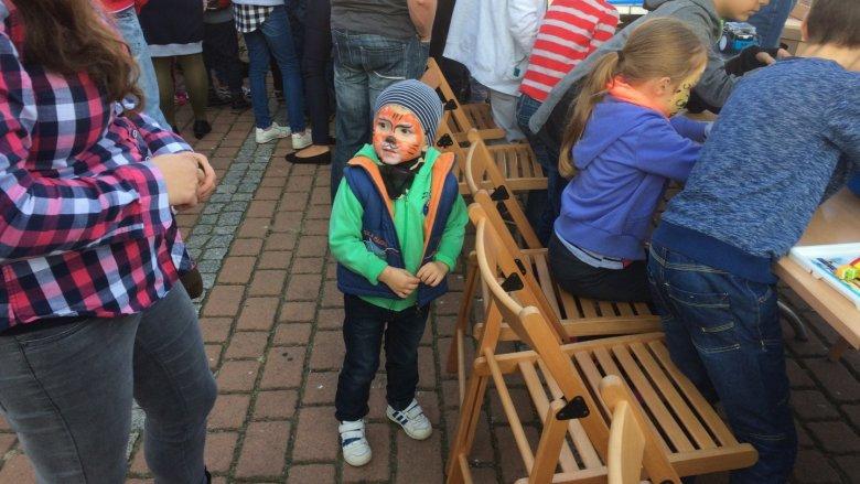 Kolorowe motywy bajkowe i motoryzacyjne na twarzach dzieci pojawiły się dzięki animatorkom z Figlolandii (fot. mat. SilesiaDzieci.pl)