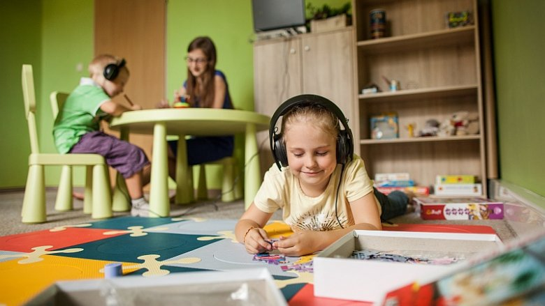 Metoda prof. Tomatisa pomaga uporać się z szeregiem problemów od tych z koncentracją, umiejętnością przyswojenia nowego materiału szkolnego po większe zaburzenia np. autystyczne (fot. materiały Alfasynapsis)