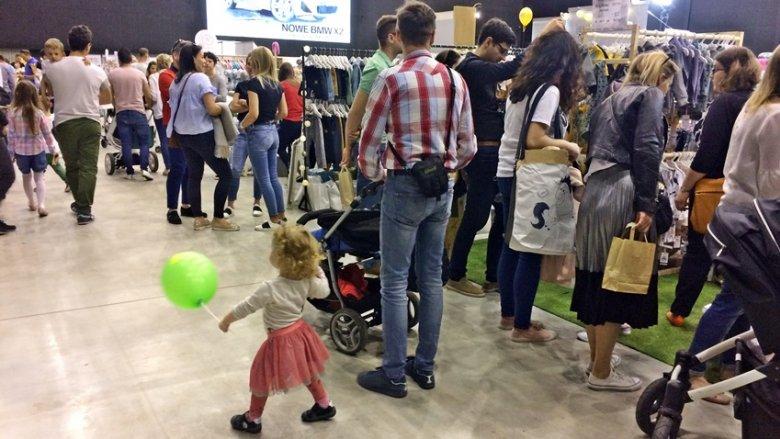 Pomimo pięknej pogody wielu zdecydowało się odwiedzić targi, zrobić zakupy i wziąć udział w warsztatach (fot. SilesiaDzieci.pl)