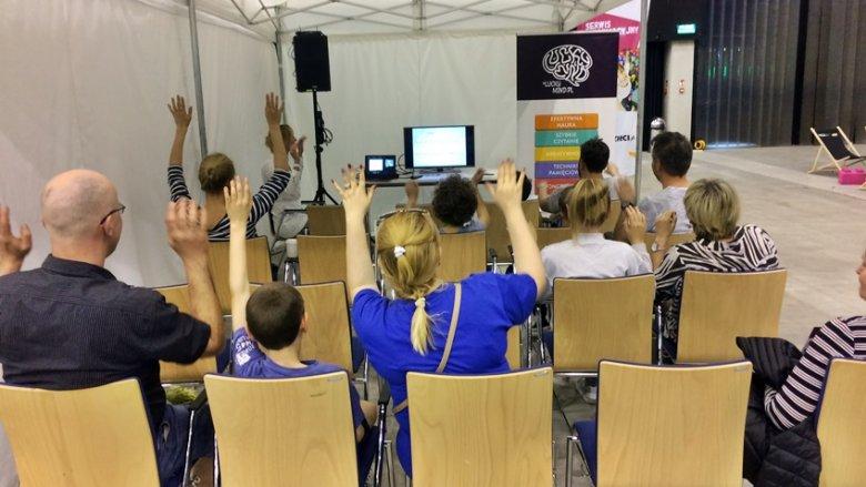 Podczas warsztatów z LuckyMind.pl rodziny uczyły się podstawowych technik pamięciowych (fot. SilesiaDzieci.pl)