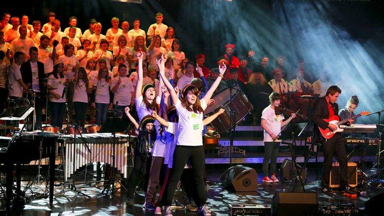 W minionych latach Dziecięcą Orkiestrę Onkologiczną wspierały chóry: dziennikarzy, inżynierów, doradców podatkowych i policjantów (fot. mat. fundacji Iskierka)