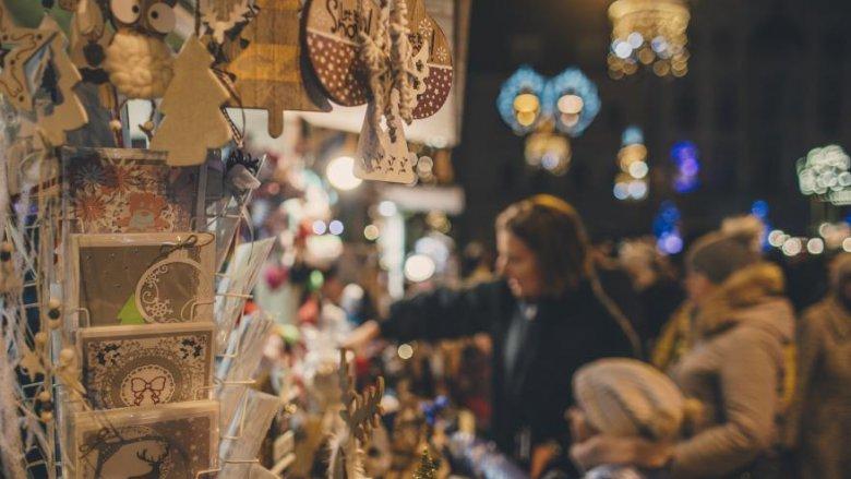 W drewnianych domkach będzie można zakupić świąteczne prezenty (fot. mat. UM Gliwice)
