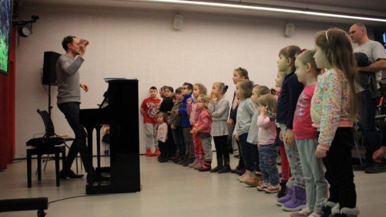Warsztaty to świetna okazja, by zapoznać najmłodszych z przeróżnymi instrumentami muzycznymi (fot. mat. organizatora)